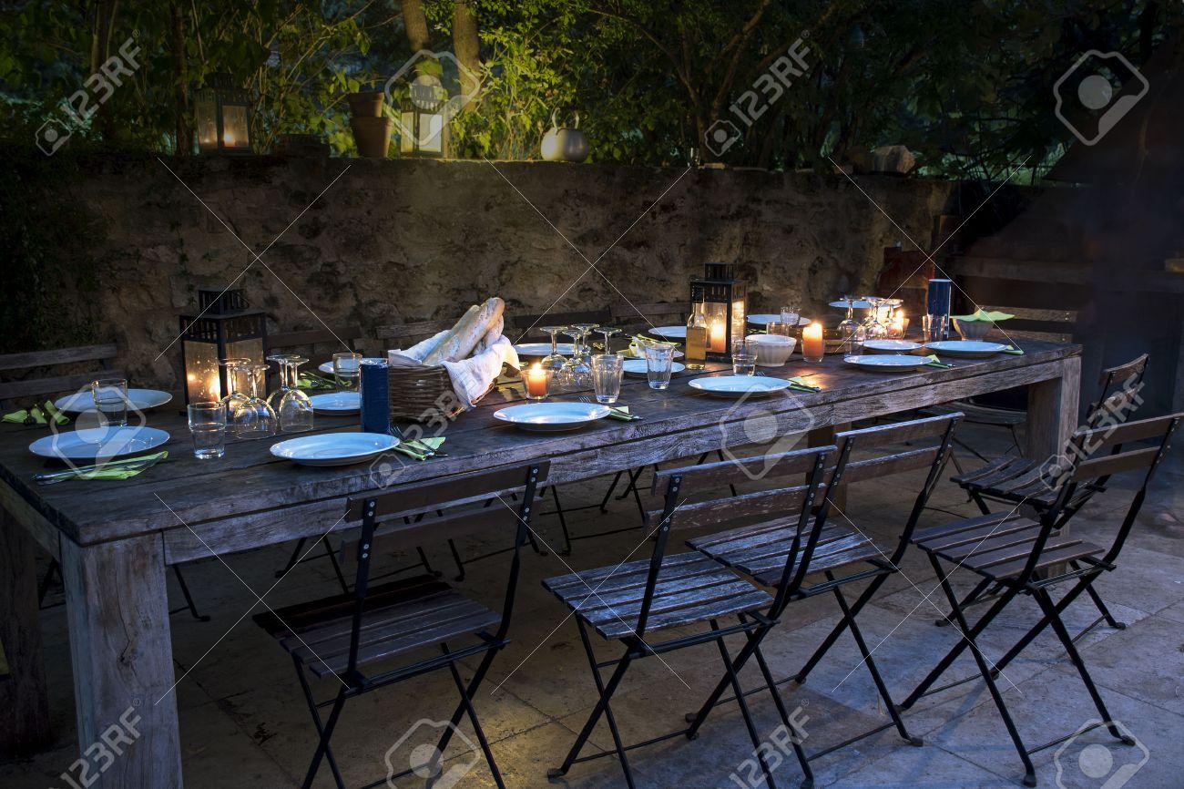 Grossen Rustikalen Tisch Auf Der Terrasse Fur Ein Abendessen Mit