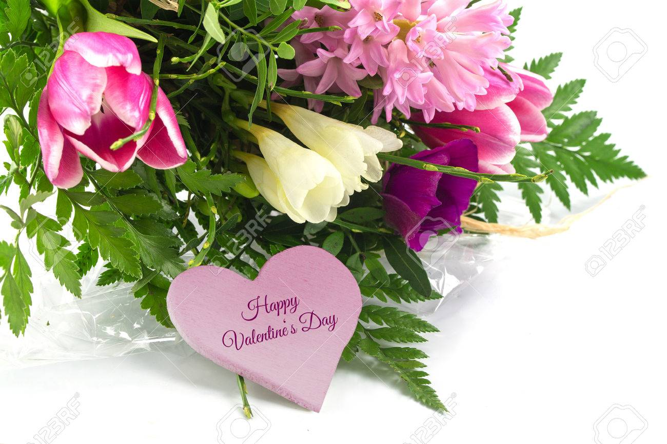 bouquet de fleurs printanières dans le coin et une forme de coeur
