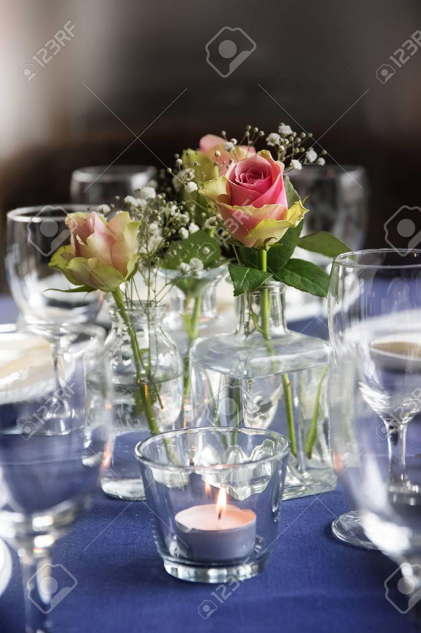 Tischdekoration Mit Rosen Und Glaser Fur Eine Informelle Festliche