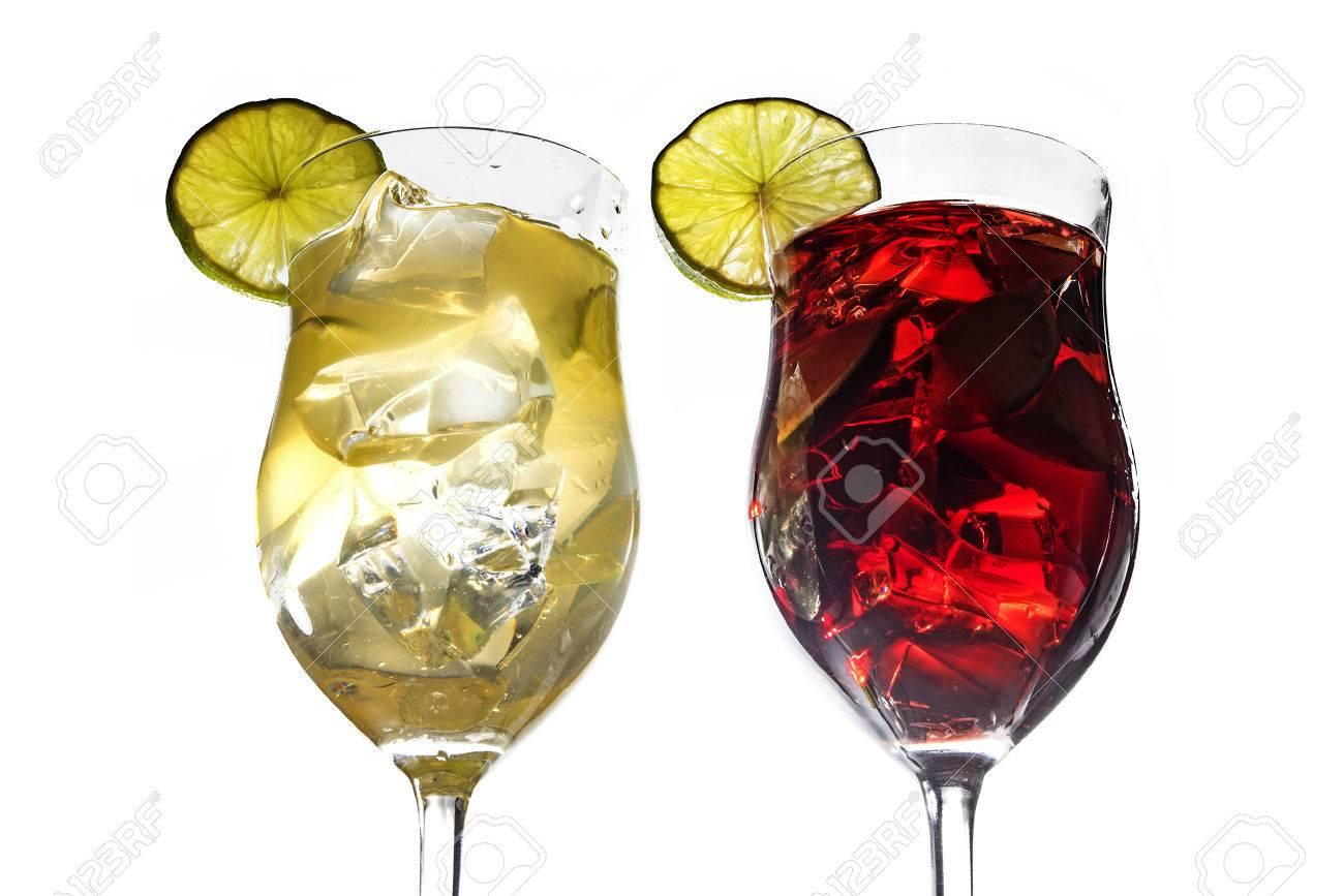 Zwei Cocktailgläser Mit Weißen Und Roten Mixgetränke Aus Kalk ...