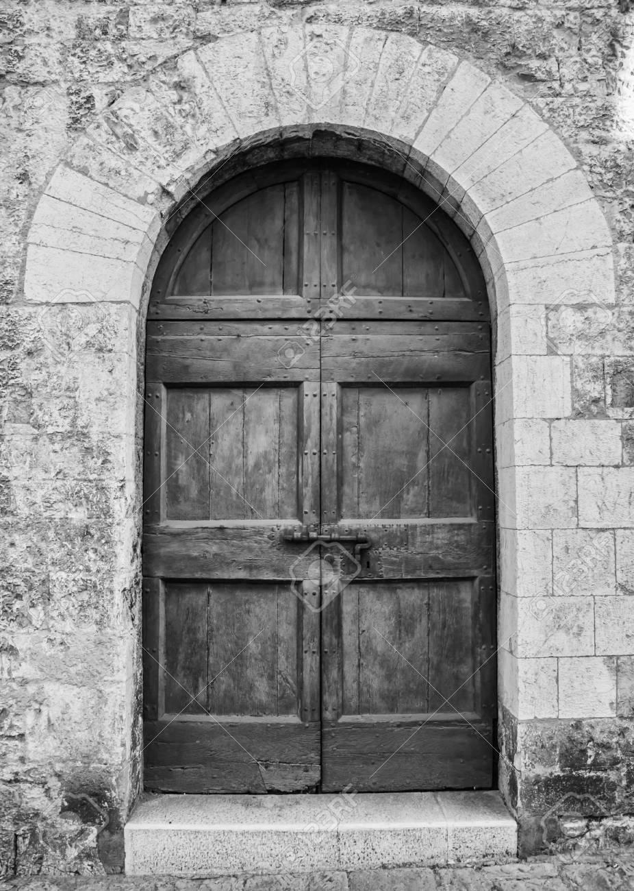 Entrée Noir Et Blanc la porte d'entrée en bois dans une vieille maison italienne. (noir et  blanc).