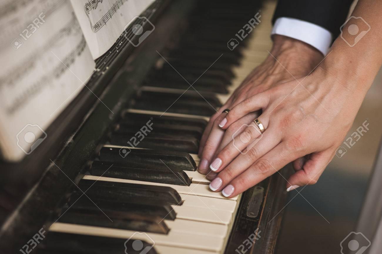 две руки с обручальными кольцами