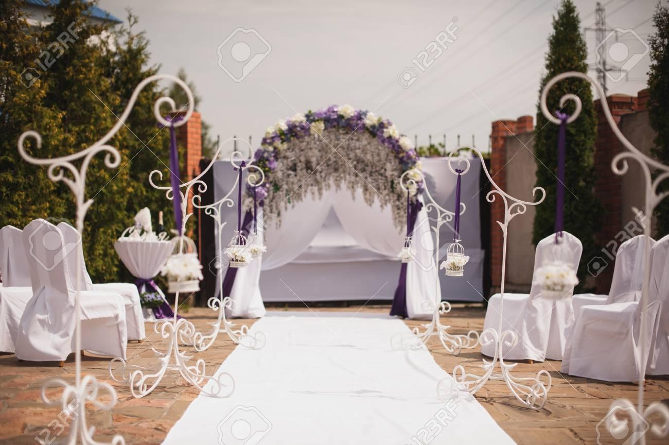 Festliche Hochzeit Dekoration In Weiss Und Lila Farben Lizenzfreie