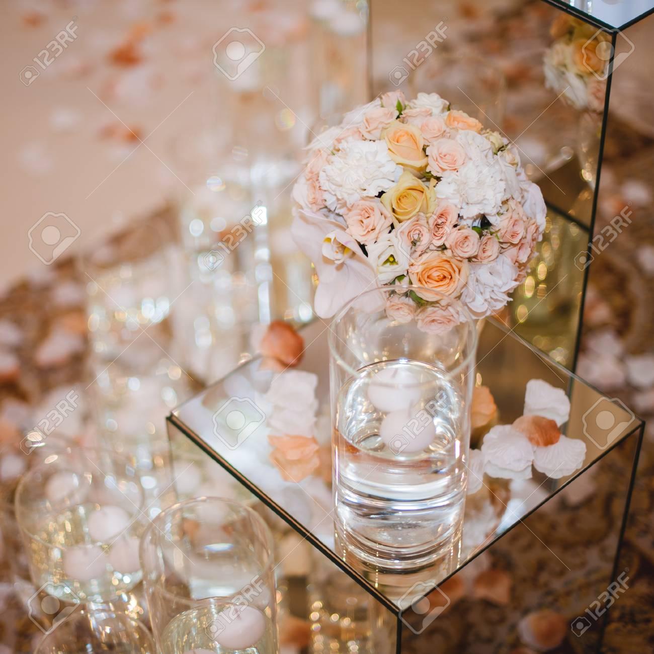 Schone Hochzeit Tischdekoration Blumen In Der Vase Lizenzfreie