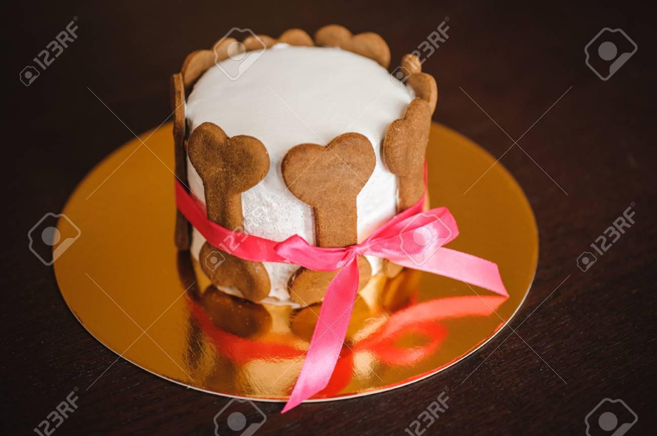 Gâteau Danniversaire De Chien Orné De Biscuits Dos Avec Ruban Rose