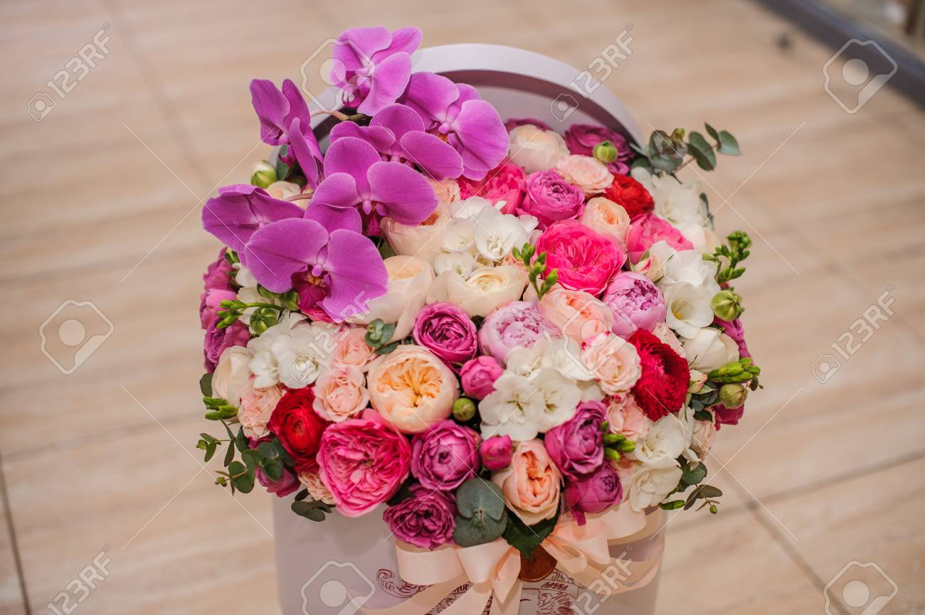 Gros Bouquet Lumineux De Fleur Rose En Boite Ronde Avec Couvercle