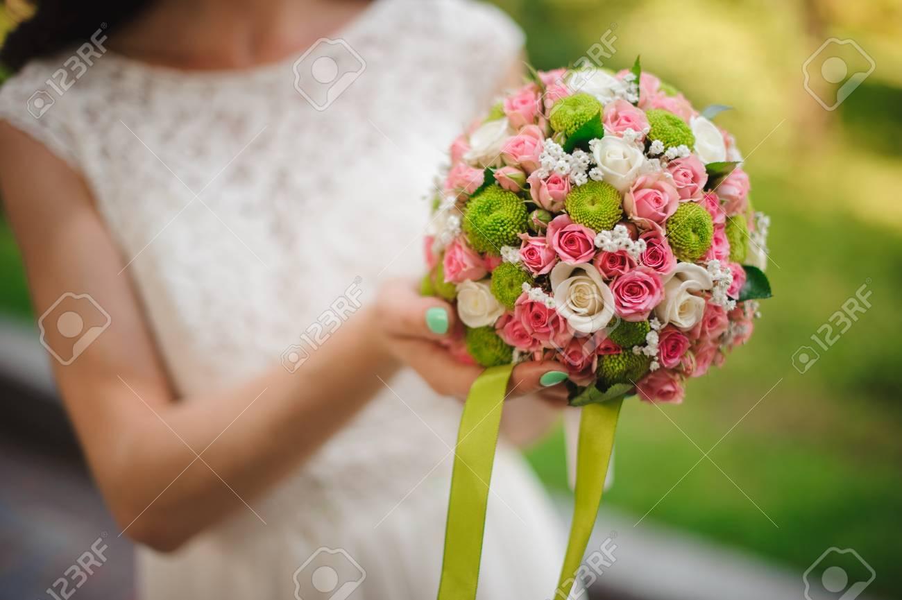 Witte Jurk Op Een Bruiloft.Bruid In Witte Jurk Met Een Bruiloft Boeket Geen Gezicht Royalty