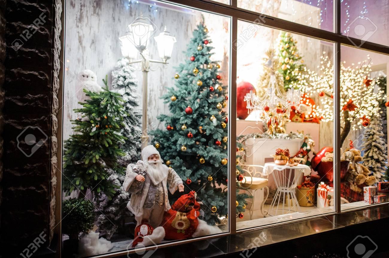 Image Vitrine Noel.Belle Et Lumineuse Vitrine De Boutique Avec Des Cadeaux De Noel Des Arbres Des Jouets Des Decorations Et Des Guirlandes