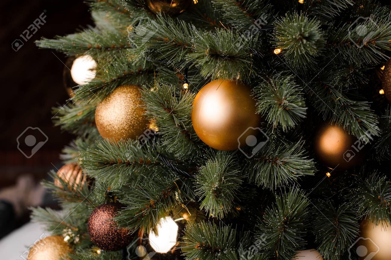 Decorazioni Natalizie Dorate.Fluffy Rami Di Albero Di Natale Decorato Con Palline Di Vetro Eleganti E Alla Moda In Tonalita Dorate