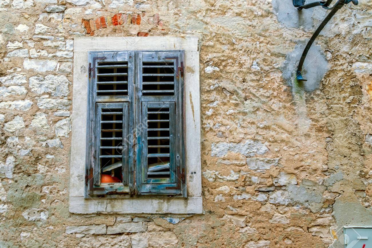 Persiane In Legno A Pacchetto : Immagini stock finestre d epoca con persiane in legno spalancate