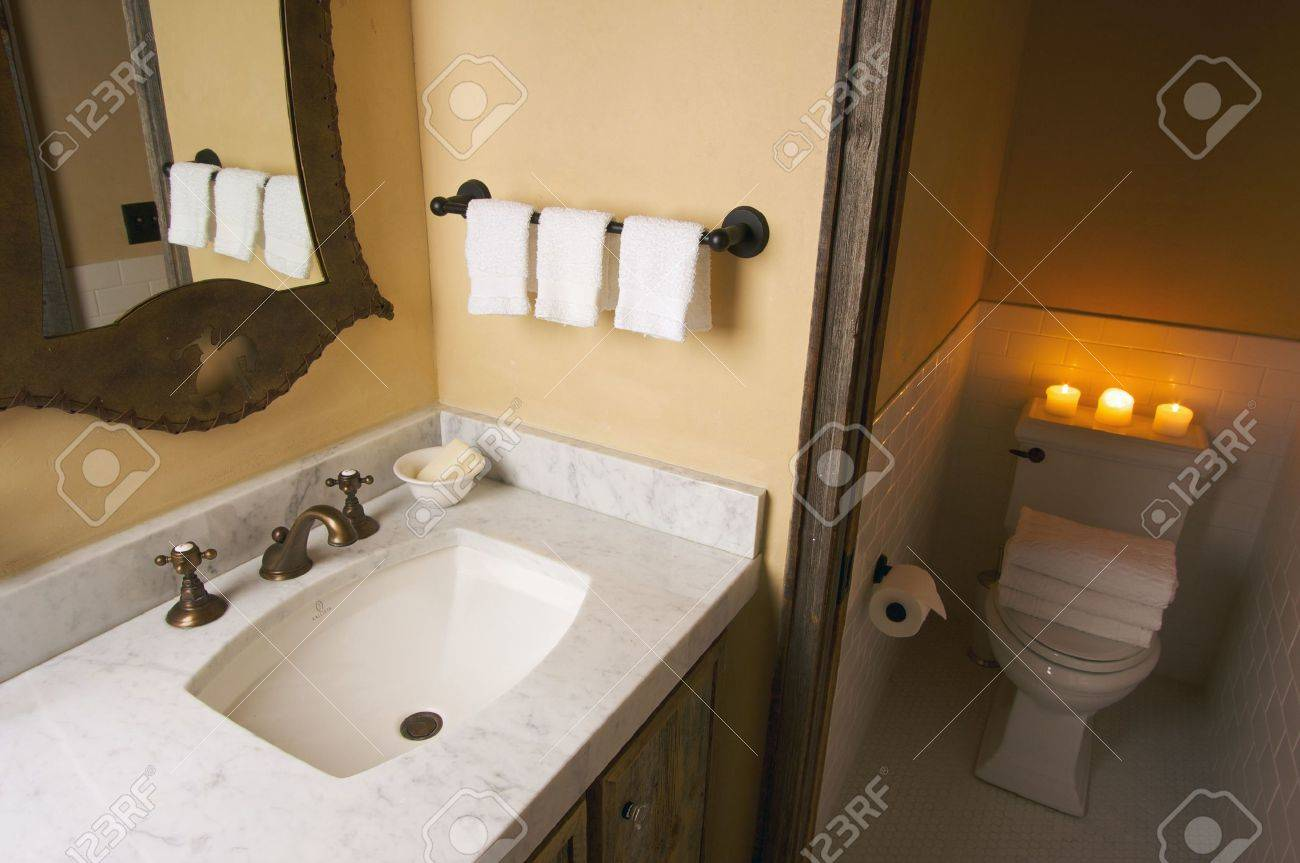 Rustieke Badkamer Wastafel En Toilet-scène Royalty-Vrije Foto ...