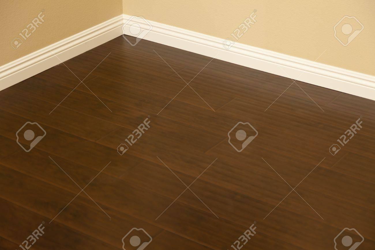 Mooie nieuw geïnstalleerde bruin laminaat en plinten in home