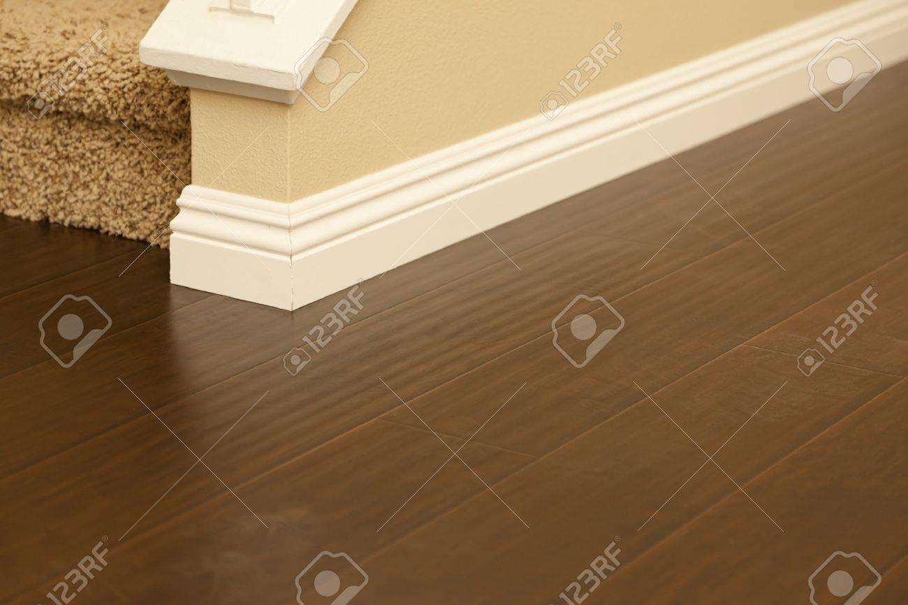schöne neu installierten brown laminat und fußleisten in home