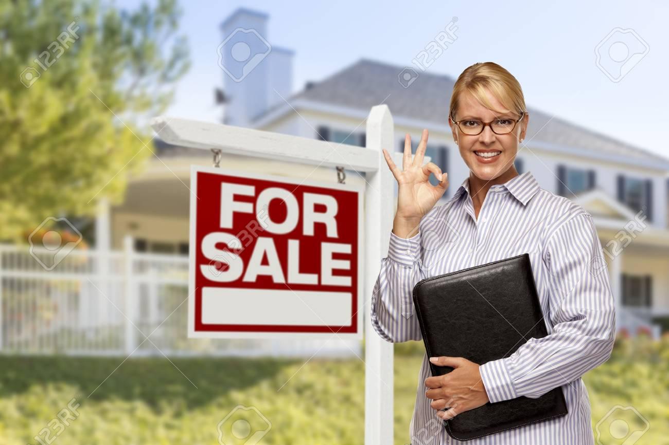 c9f80de3035b92 Femme Agent immobilier dans Façade de maison à vendre signe et la maison.