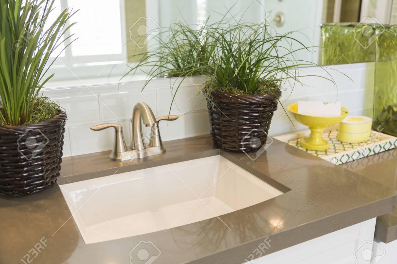Mooie nieuwe moderne badkamer wastafel kraan metro tegels