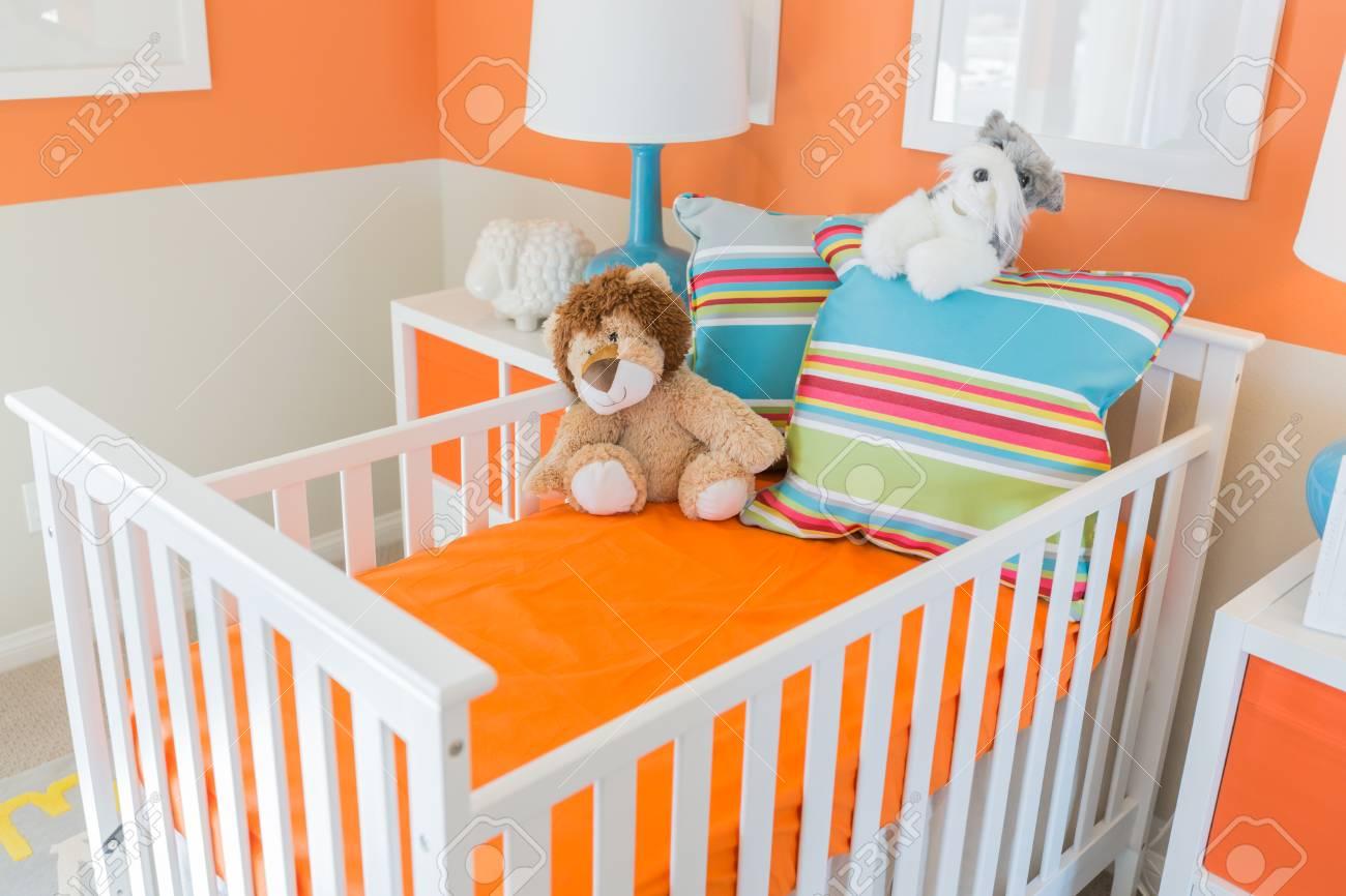 Lumineux Orange Vibrant Chambre Bébé Intérieur de la maison.