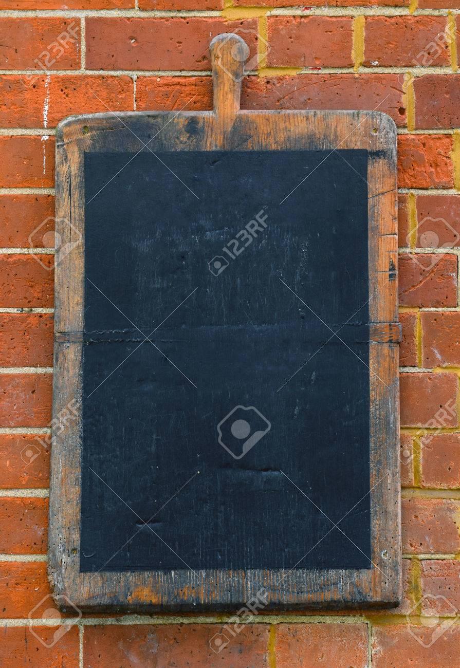 banque dimages vieille planche dcouper en bois sur le mur de brique comme dcoration
