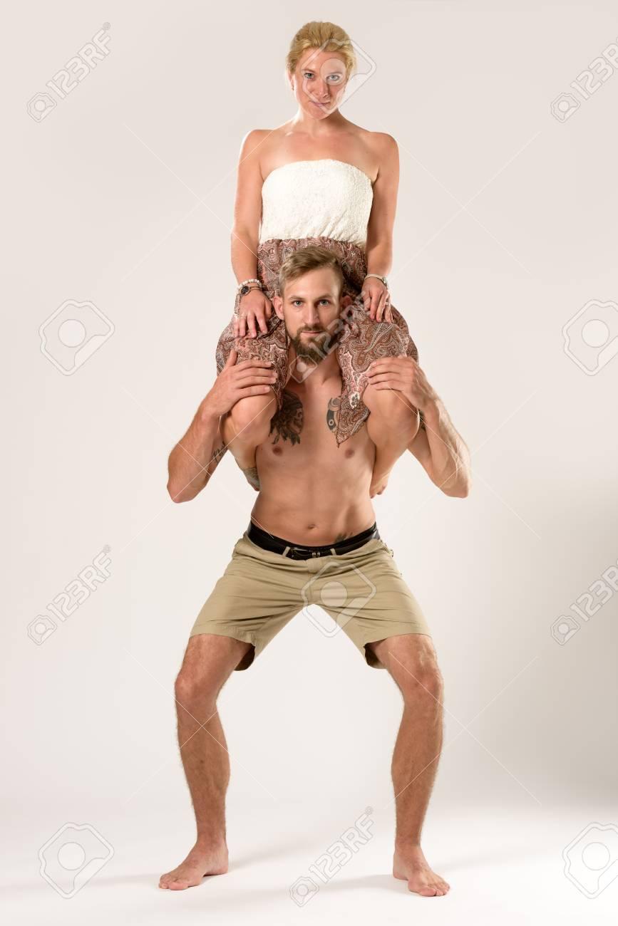 il baise une fille qui fait du squat