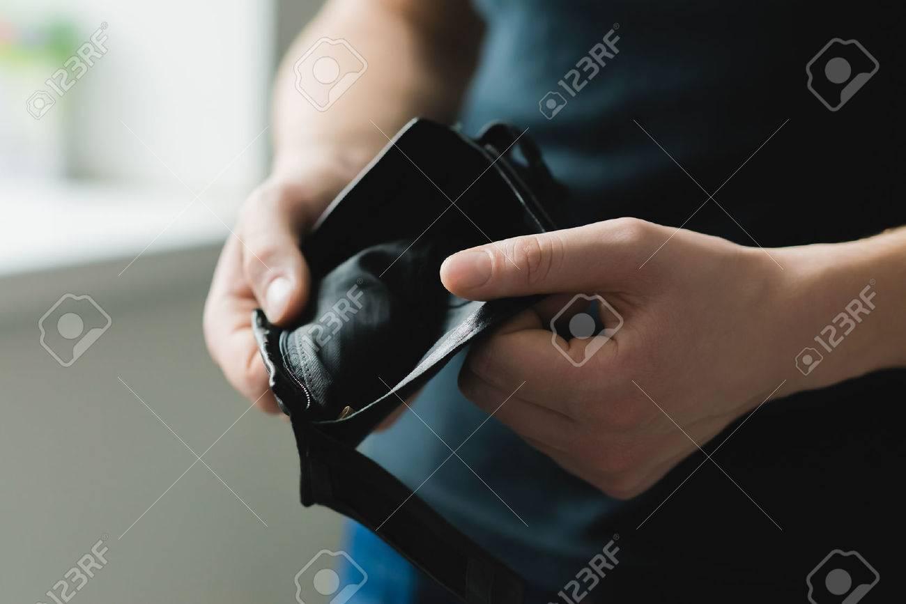 Man holding an empty wallet Standard-Bild - 24584617