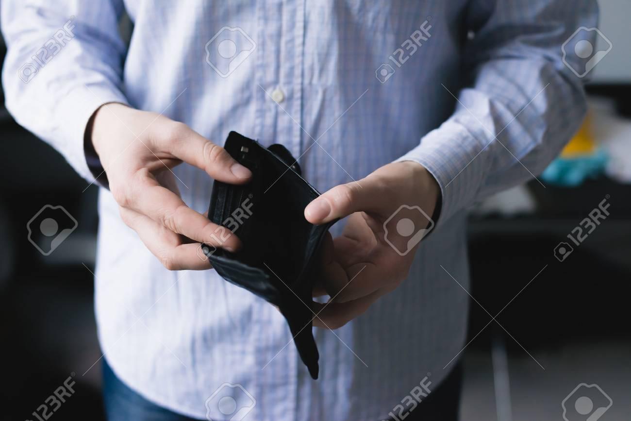 Man holding an empty wallet Standard-Bild - 24584972
