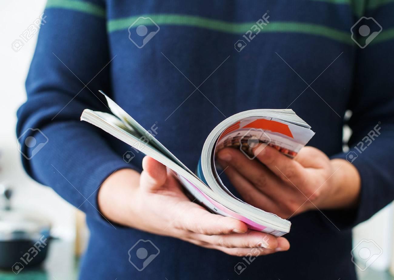 Man reads magazine Standard-Bild - 33715073