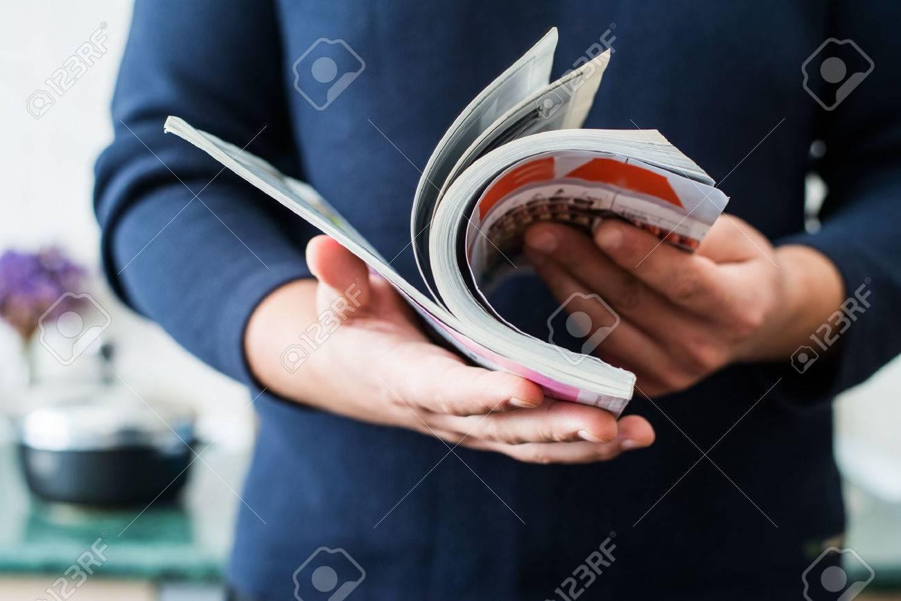 Man reads magazine Standard-Bild - 33713929