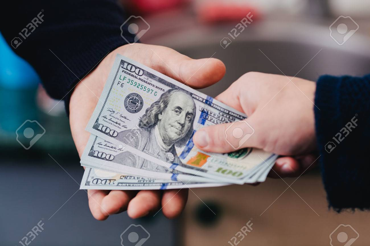 Give money from hand to hand - 33719954