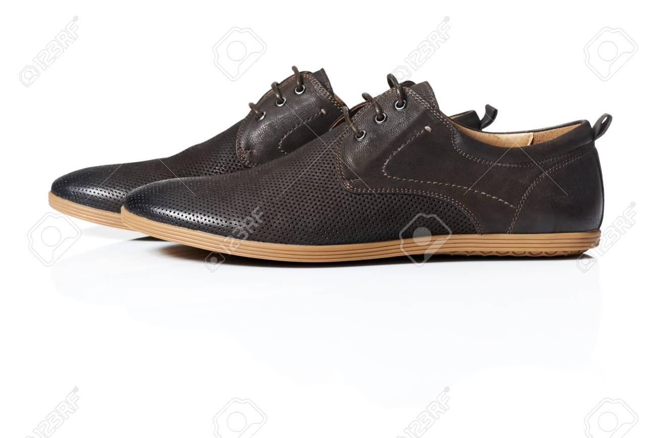 859ed7e3ba El estudio tiró de hombre zapatos marrones sobre fondo blanco Foto de  archivo - 21448348