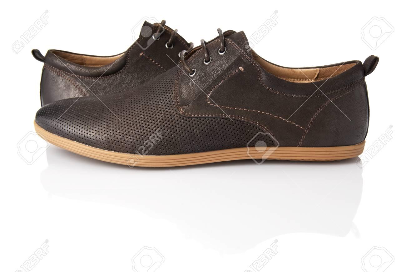 4ba7cf88a6 El estudio tiró de hombre zapatos marrones sobre fondo blanco Foto de  archivo - 21448363