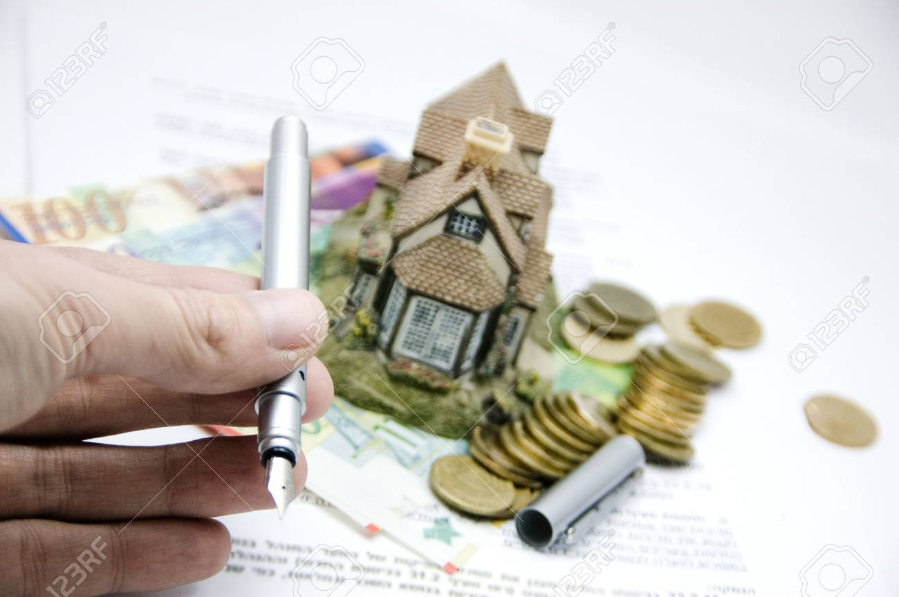 hand offering a pen to sign a real estate contract. Stock Photo - 4340922