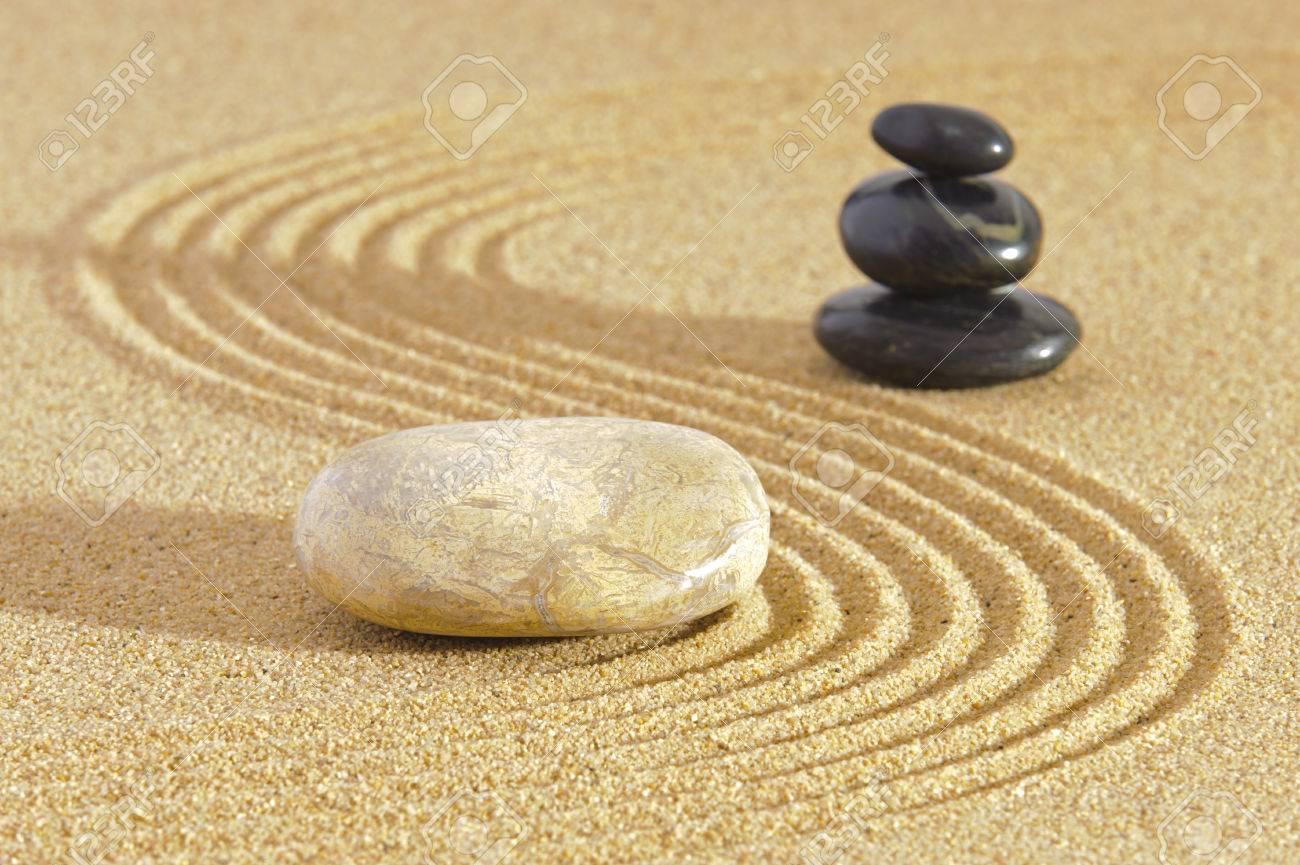trendy jardn zen japons con feng shui en la arena con piedras foto de archivo with piedras jardin zen - Piedras Zen