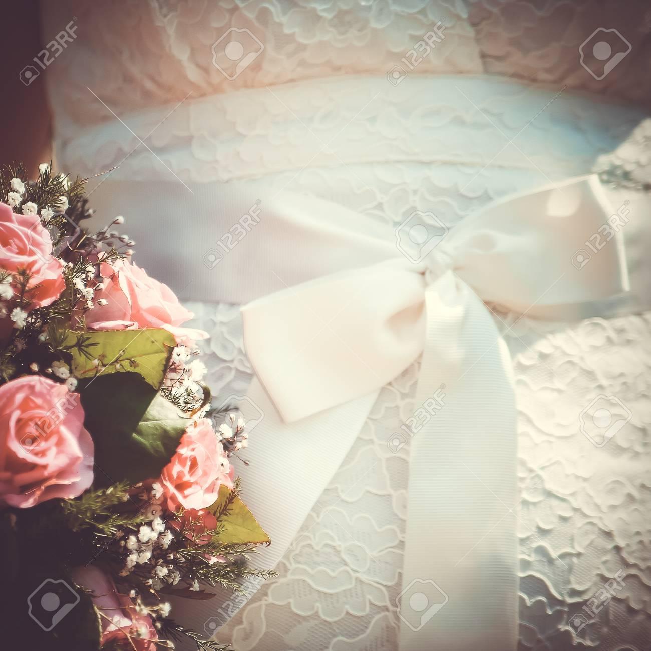 Hochzeitsblumenstrauss Auf Weissem Kleid Mit Schleife Vintage Thema