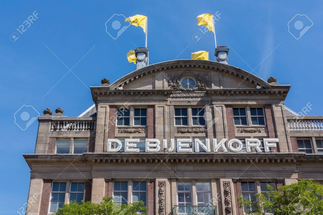 Bijenkorf Grand Foulard.Amsterdam Pays Bas 16 Aout 2016 La Majestueuse Facade Du Grand Magasin De Luxe Nomme De Bijenkorf Drapeaux Jaunes Nom Bien En Evidence En Blanc