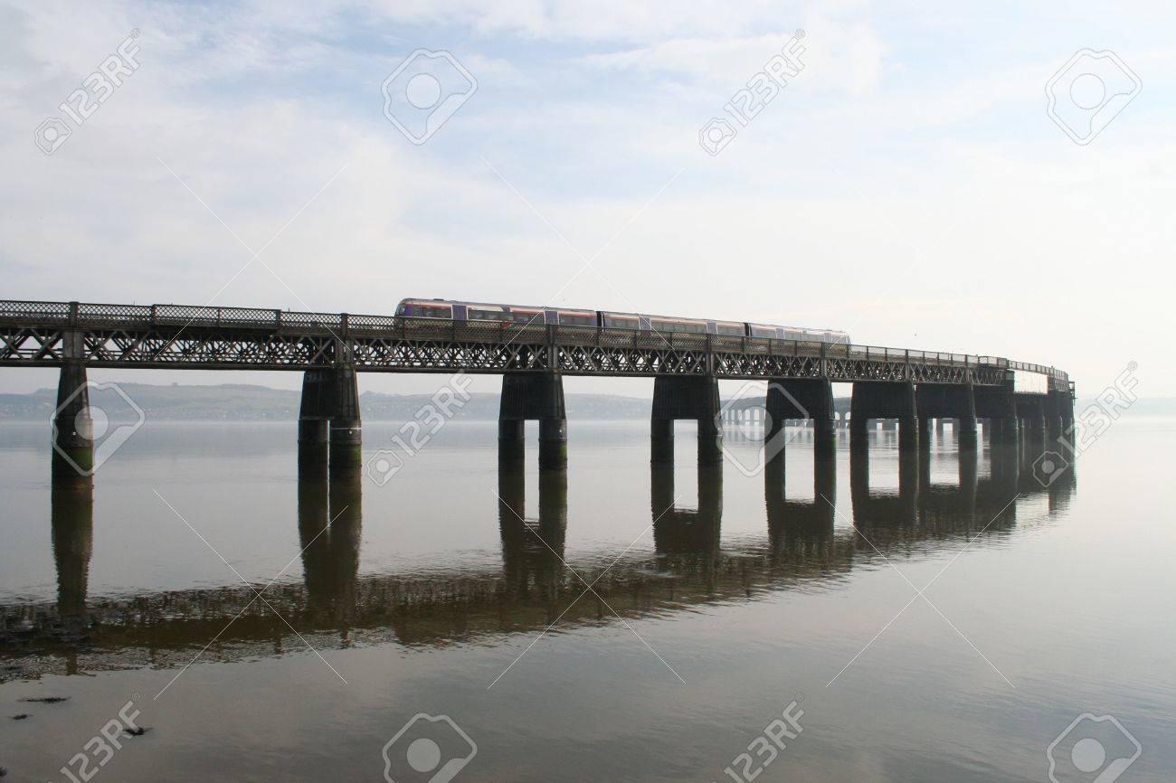テイ橋、ダンディーを列車します...