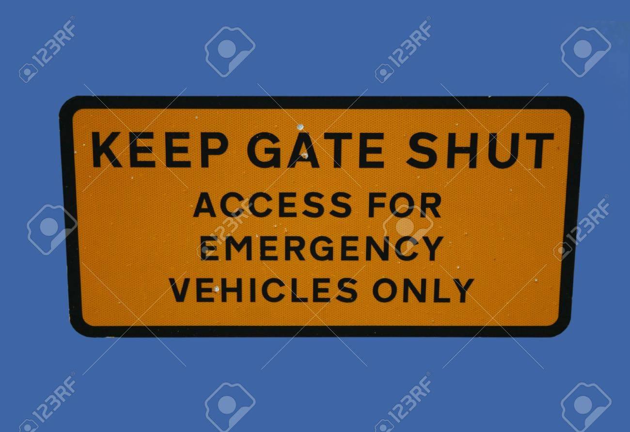 Halten Sie Tor Geschlossen Zugang Für Notfall-Fahrzeuge Nur ...