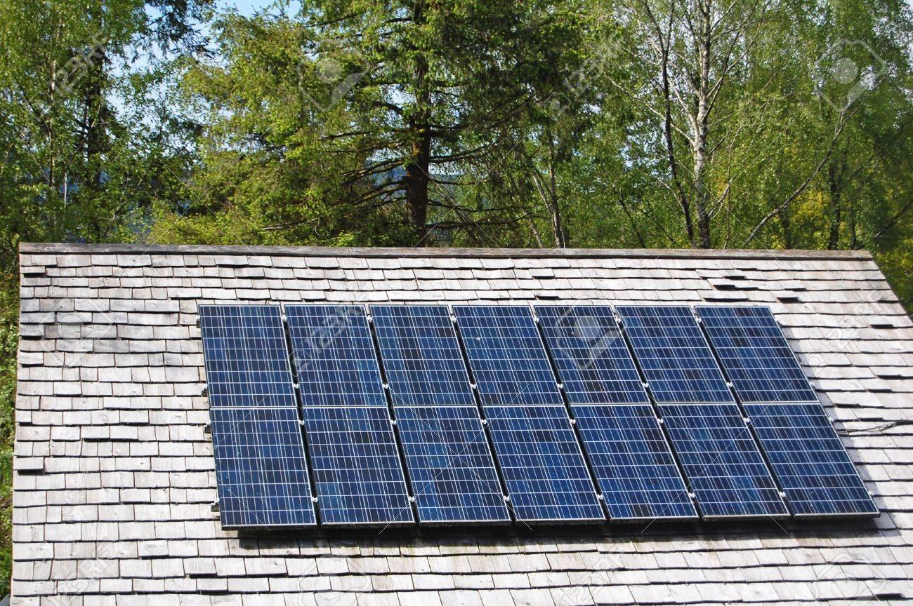 foto de archivo paneles solares instalados en el tejado de pizarra casa rural
