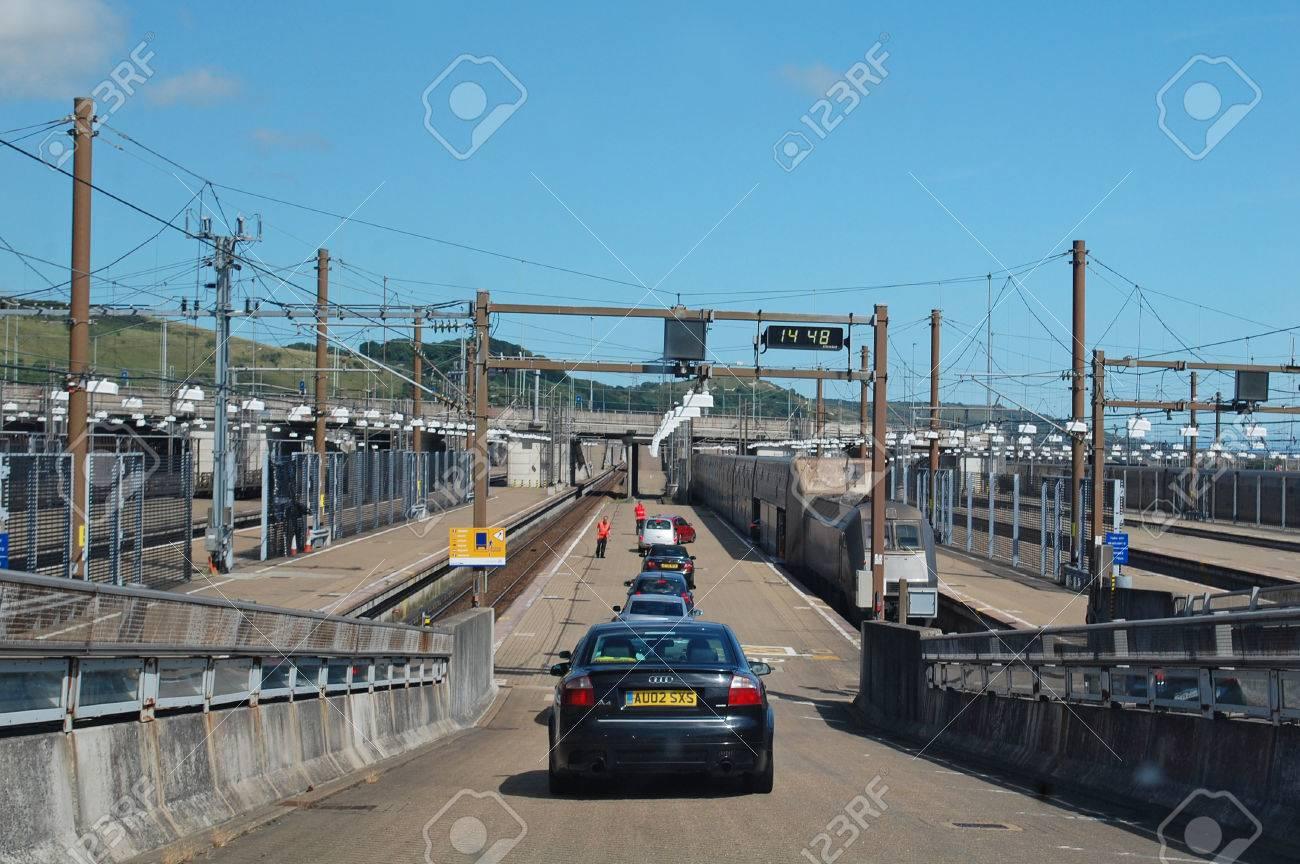 チャネル トンネル、イギリス - 乗車約 8 月 3 日の車 2013 年 8 月 3 ...