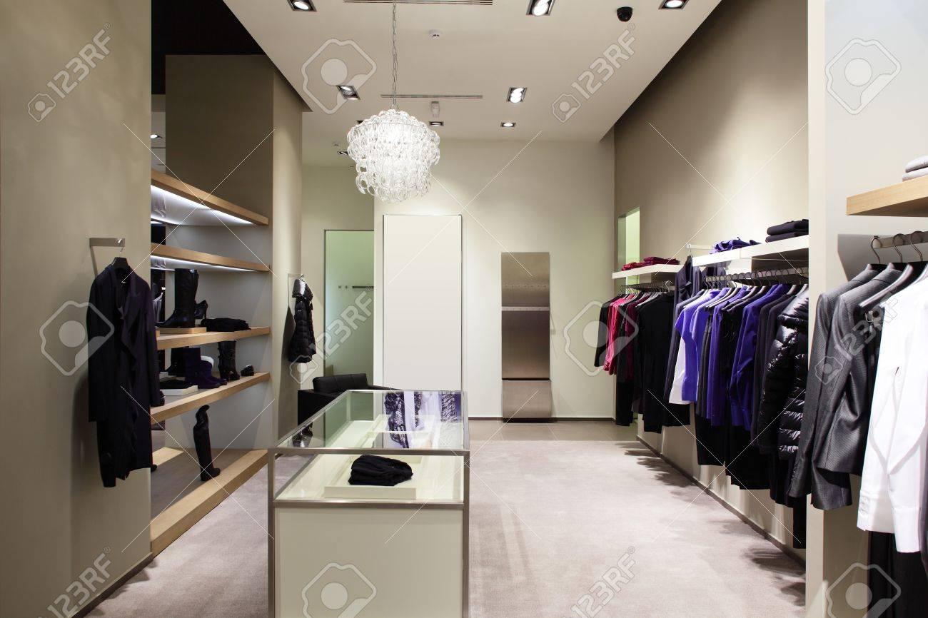112f5e5d73a Banque d images - Luxe et à la mode des vêtements européens différents  magasin