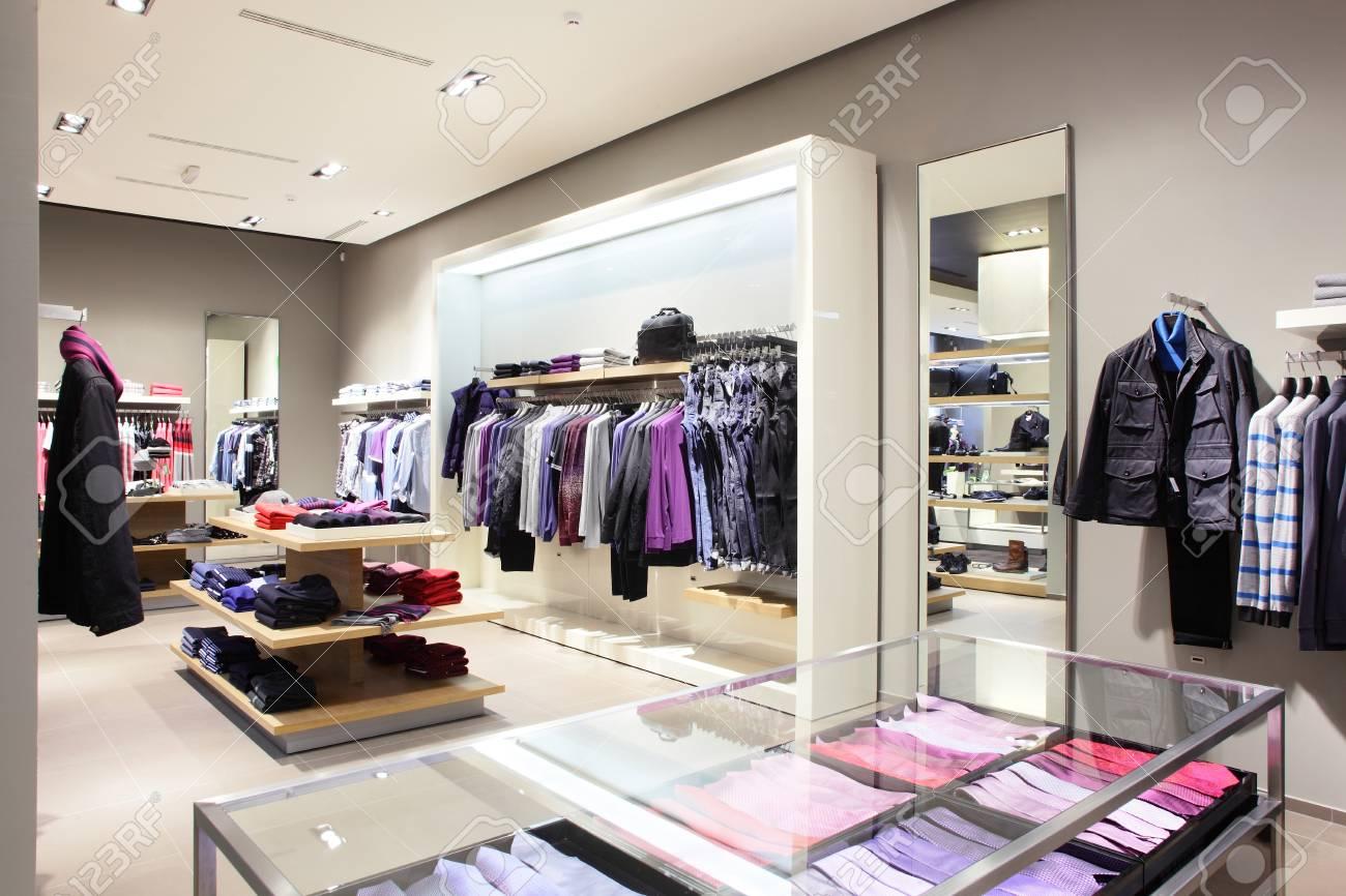 a99441bbe4e Banque d images - Luxe et de la mode européenne boutique de vêtements  différents