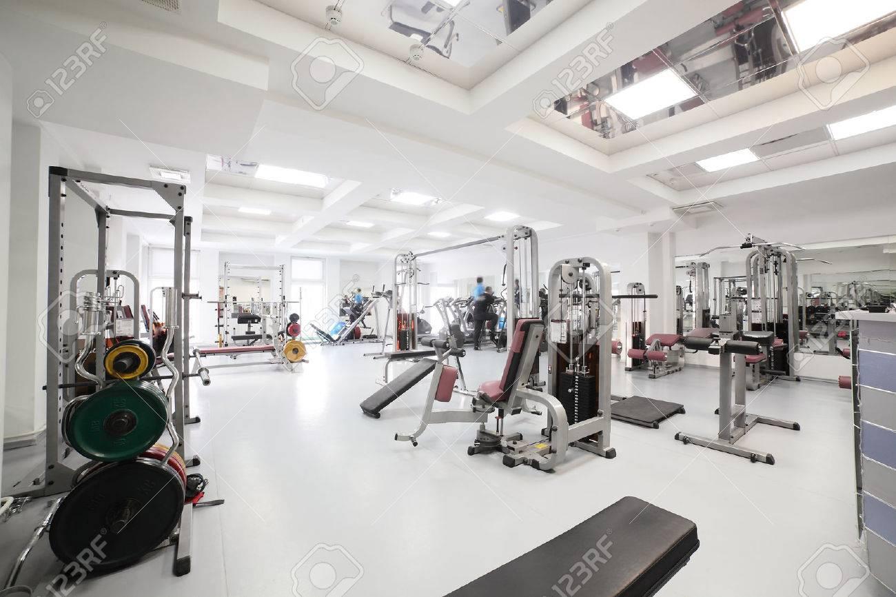 Fitnessraum modern  Innenraum Des Neuen Modernen Fitnessraum Mit Geräten Lizenzfreie ...
