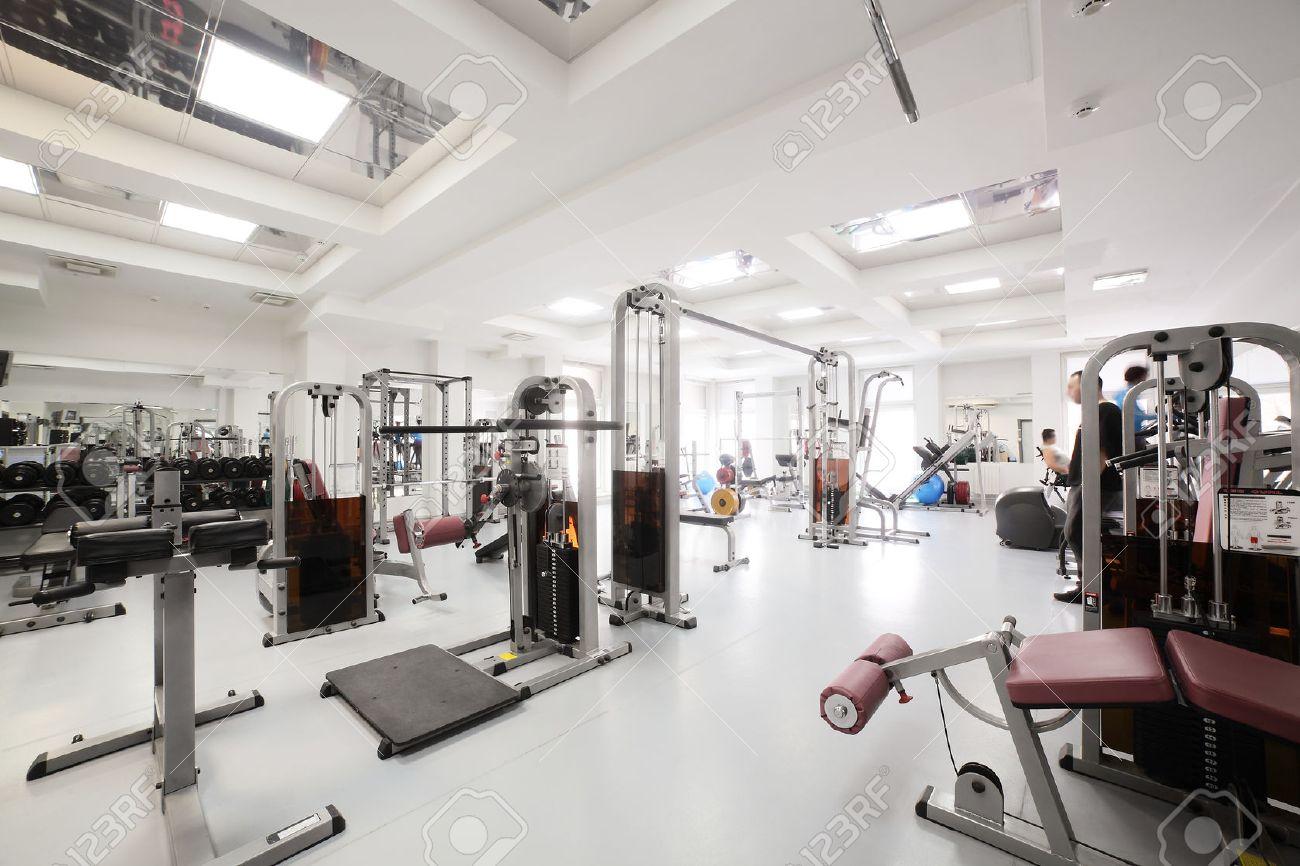 Intérieur De La Nouvelle Salle De Sport Moderne Avec Des équipements ...