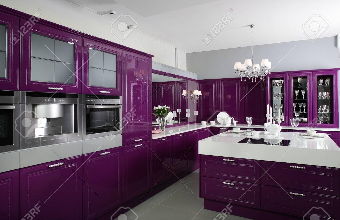 Luxus Lila Kuche Interieur Mit Modernen Mobeln Lizenzfreie Fotos