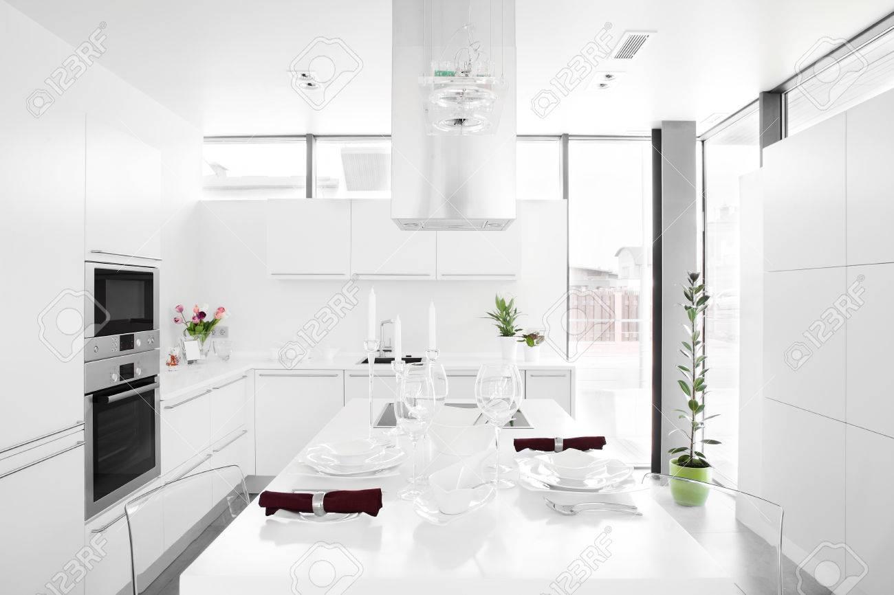 Intérieur De Cuisine De Luxe Blanc Avec Des Meubles Modernes