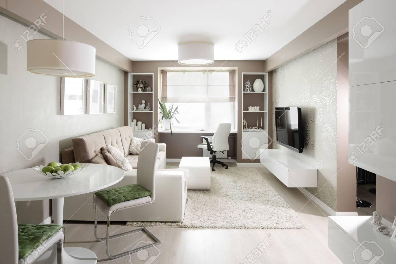 Große und helle interieur der modernen wohnzimmer lizenzfreie bilder 27804292