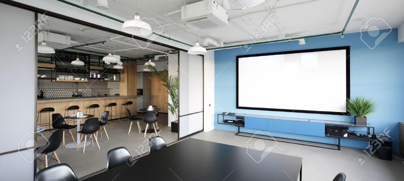 Salle De Reunion Avec Un Projecteur Dans Le Bureau Moderne Banque