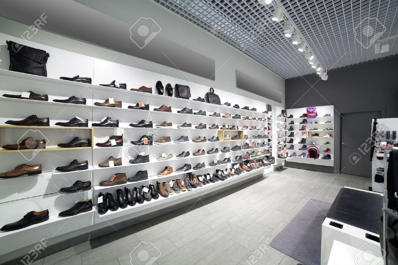 ed4cad2872adc Banque d'images - Intérieur lumineux et à la mode de magasin de chaussures  en centre commercial moderne