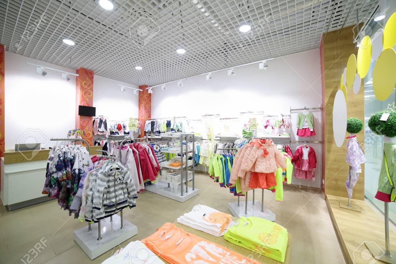 50ab554d0e235 Banque d images - Nouvel intérieur de luxe et de marque à la mode des  enfants magasin de tissu