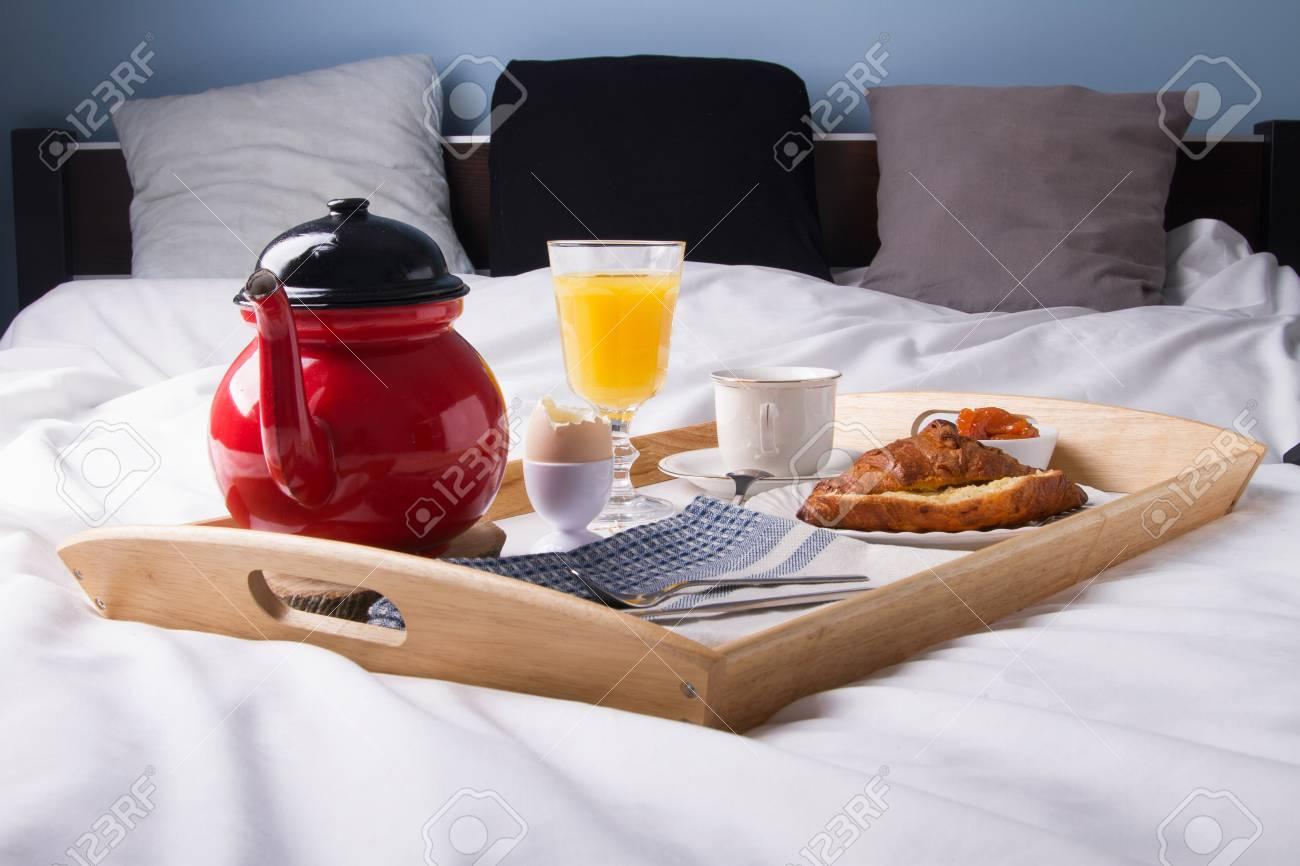 Petit-déjeuner Romantique Dans Le Lit Sur Un Plateau En Bois. Banque ...