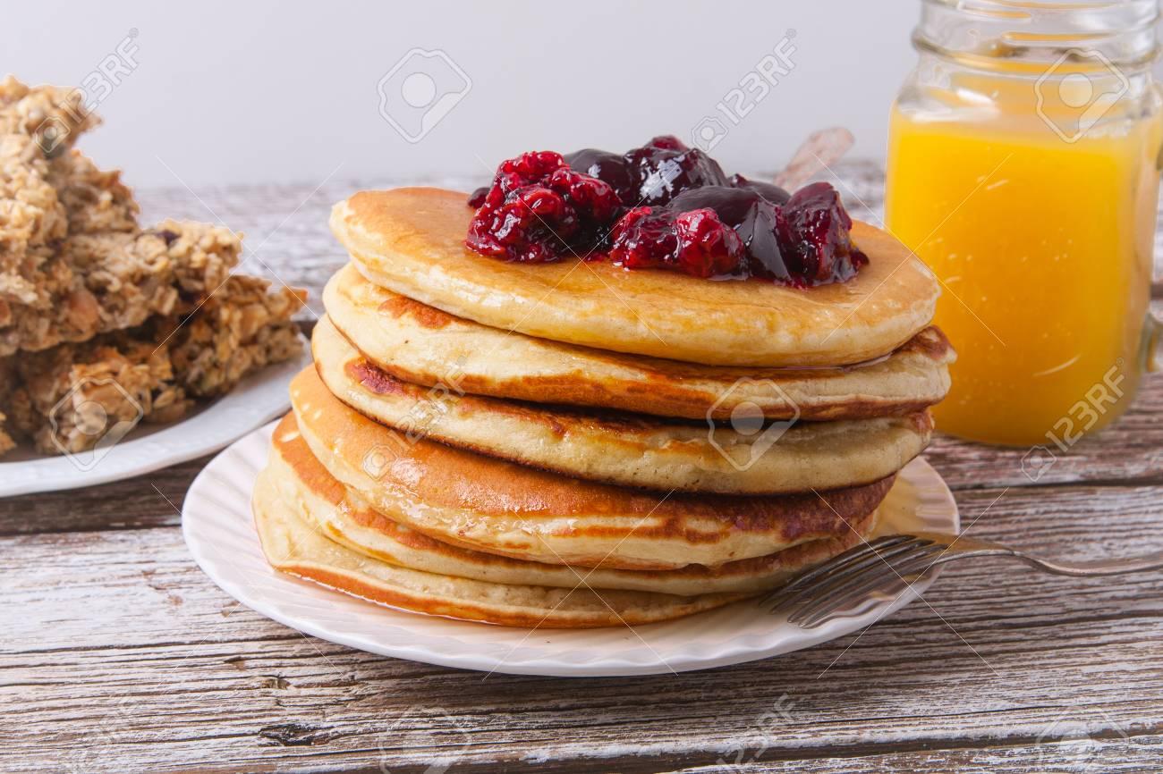 Stapel Pfannkuchen Auf Einer Platte Mit Einem Glas Orangensaft Und ...