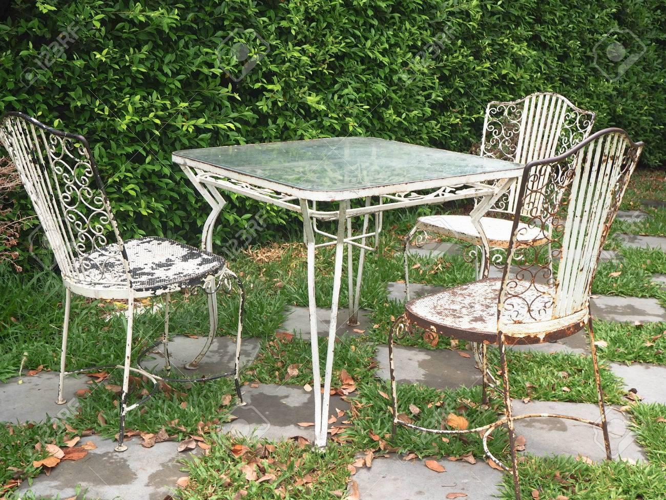 Ensemble Vintage De Table Et Chaises Pour L\'extérieur Dans Le Jardin ...